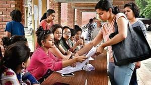 DU admission 2018: As of 6 pm on Tuesday, 3,42,611 applicants had registered on the online admission portal, of which 2,15,687 had completed the forms and paid the registration fee.(HT Photo)