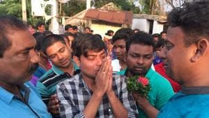 Dr Kishore Chandra Das (in checked shirt) salutes townsfolk before leaving Tentulikhunti on Sunday.(HT Photo)