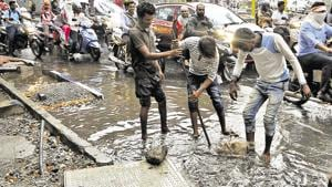 Heavy rain at Deccan led to flooding and the situation was magnified by overflowing drains and a broken storm water pipe on Wednesday. Various locations across the city flooded as a result of rains on Sunday, leading to stagnant traffic and a murky mess.(HT PHOTO)