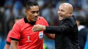 Argentina coach Jorge Sampaoli talks with referee during his team's FIFA World Cup 2018 match against Croatia in Nizhny Novgorod on Thursday.(REUTERS)