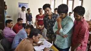 DU admissions 2018: Delhi University aspirants fill their admission forms for the new academic session 2018-19 at Kirori Mal College on June 25, 2018.(Raj K Raj/HT PHOTO)