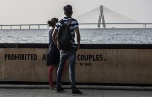 Living through the drama: Couples at Dadar Chowpatty in Mumbai.(Satish Bate/HT Photo)