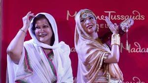 Madhubala's sister Madhur Bhushan with the unveiled wax-statue of legendary actor Madhubala at Madame Tussauds Delhi.(PTI)