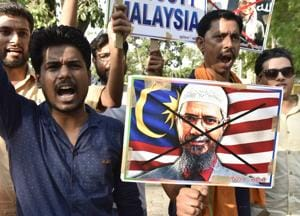Activists hold placards and shout slogans as they protest against the controversial Islamic preacher Zakir Naik and Malaysian government, in New Delhi.(Sonu Mehta/HT File Photo)