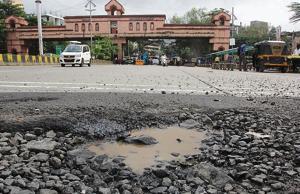 Potholes at Modela check naka in Thane.(HT Photo)