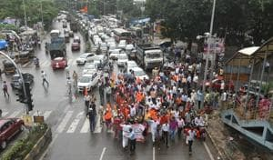 Protestes block traffic on the busy Jogeshwari-Vikhroli Link Road on Wednesday afternoon.(Satyabrata Tripathy/HT Photo)