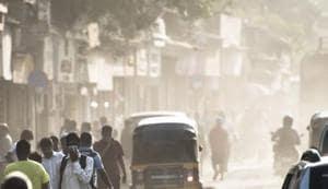 People walk through dust created by roadwork in Mumbai.(Pratik Chorge/HT Photo)