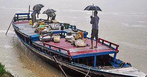 Fishermen unload their catch from a boat, at Uzan Bazaar in Guwahati , July 13. The Assam government banned import and sale of fish from other states for a period of 10 days following tests on samples that showed the presence of cancer-causing chemical formalin.(PTI)