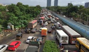 The accident blocked a huge part of the Belapur-Thane section on Friday morning.(Bachchan Kumar)