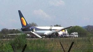 A Jet Airways flight from Mumbai to Dubai was landed in emergency at Muscat international airport following a bomb threat on Thursday.(HT File Photo)