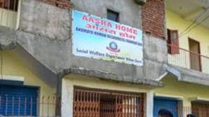 Police personnel investigate the site of Aasra shelter home after the death of two women inmates under mysterious circumstances in Patna on Sunday.(PTI Phot)