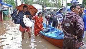 Flood victims are evacuated to safer areas in Kozhikode, in Kerala.(AP)