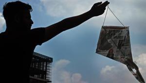 DIY Kites are the new preference for Delhiites.(Shivam Saxena/HT Photo)