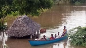 People come out from their houses as floodwaters from Kollidam River surround Muthalaimedu Village in Nagapattinam district of Tamil Nadu.(HT file photo)
