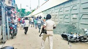 Policemen chasing away a rampaging crowd at Bihiya in Bhojpur after the incident.(Sant Ghosh / HT Photo)