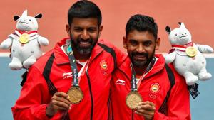 Rohan Bopanna and Divij Sharan of India celebrate with their medals at the Asian Games 2018.(REUTERS)