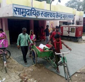 No Stretcher? Parents ferrying their kid( who had a fracture) in a rickshaw after treatment at Mal CHC.(Deepak Gupta/ HT Photo)