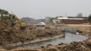 HSVP had installed additional pipelines in a 600-metre portion of the Badshahpur drain at Khandsa village after it failed to remove structures allegedly encroaching the space and build a concrete drain in the said portion as per a previous plan.(Parveen Kumar/ Hindustan Times)