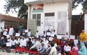 Muslim Ekta Manch leaders, along with other members from the Muslim community, on Thursday, continued their dharna outside the mosque in Sheetla Mata Colony that was sealed by officials of the Municipal Corporation of Gurugram (MCG) on Wednesday.(Yogendra Kumar/HT Photo)