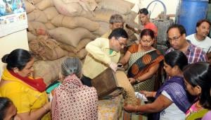 The availability of DBT may even help improve the existing PDS, as it will have to deliver value for people to continue to choose it over DBT. The economic viability of PDS dealers can be improved by allowing them to stock other products too, so that PDS is not their only source of revenue.(Diwakar Prasad/ Hindustan Times)