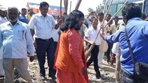 BJP MP from Bahraich Savitri Bai Phule refused to hold a broom during a cleanliness drive in Bahraich on Monday, October 1, 2018.(HT Photo)