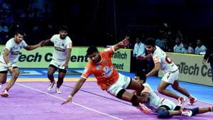 Chennai: Players of Haryana Steelers ( in White ) and Puneri Paltan (in Orange) in action during their match of Pro Kabaddi league season6 at Jawaharlal Nehru Indoor Stadium in Chennai.(PTI)