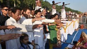 Congress president Rahul Gandhi along with party leaders Jyotiraditya Scindia and Kamal Nath take an oath for cleaning Narmada during Maha Aarti at Gawari Ghat in Jabalpur in Madhya Pradesh.(Mujeeb Faruqui / Hindustan Times)