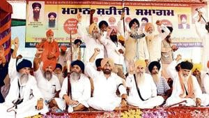 SAD (A) president Simranjit Singh Mann and other Sikh radical leaders at an event to mark the third anniversary of Behbal Kalan firing, at Bargari in Faridkot on Sunday. AAP rebel Sukhpal Singh is also seen in the picture.(HT Photo)
