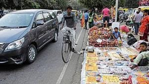 Stalls are allowed in the markets from October 17 to 19 (Dussehra) and then from October 24 to 26 (Karva Chauth). Vending will not be allowed in parking areas and market corridors.(HT File)