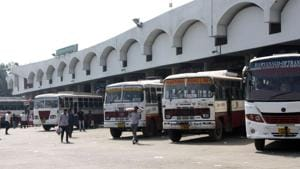 The plight of hundreds of commuters continued for all these days despite government efforts.(HT Photo)