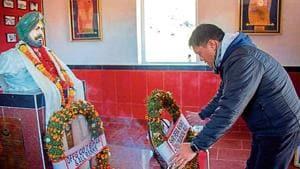 Arunachal chief minister Pema Khandu laying a wreath at the memorial of Subedar Joginder Singh near Tawang on Thursday.(HT Photo)