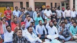 Cracker-sellers protesting outside the deputy commissioner's office in Ludhiana on Friday. They are demanding an increase in the limit of issuance of temporary licences.(HT Photo)