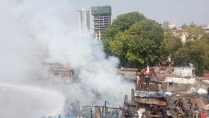 At least 70 hutments were destroyed as hundreds of slum-dwellers lost their homes.(Kunal Patil/HT photo)