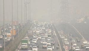 Vehicles move through Delhi- Gurugram Expressway amid dense smog and with increasing air pollution, in Gurugram, on Monday, October 29, 2018.(Yogendra Kumar/HT PHOTO)