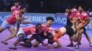 Jaipur Pink Panthers in action during their Pro Kabaddi league season 6 match.(AP)