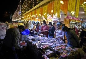 Delhiites throng the local markets for last minute Diwali shopping.(HT File Photo)