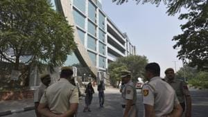 Police personnel keep vigil outside CBI headquarters at CGO Complex, in New Delhi on October 25.(Sanjeev Verma/HT PHOTO)