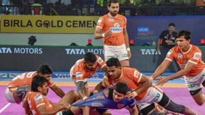 Players in action during the Pro Kabaddi league match between Dabang Delhi and Haryana Steelers.(PTI)
