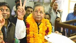 MLA and former BJP minister Ghanshyam Tiwari makes victory sign during filing of nomination for Rajasthan assembly polls, in Jaipur, on Monday, 12 November 2018.(Prabhakar Sharma / HT Photo)