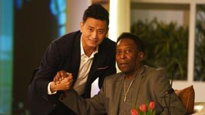 File image of Bhaichung Bhutia with football legend Pelé.(Raj K Raj/HT PHOTO)
