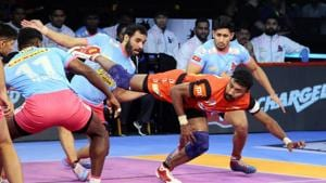 Catch all the action as ithappened from Pro Kabaddi League match between Jaipur Pink Panthers and Bengaluru Bulls.(Pro Kabaddi)