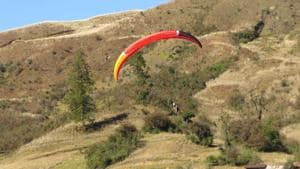 Paragliding is one of the adventure activities at the Mechuka Festival.(adventureatmechuka.in)