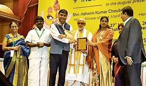 Ashwini Kumar Choubey (center) giving away the award to Dr Shailesh Puntambekar (3rd from left), uterus transplant surgeon and director of Galaxy Care Hospital on November 27 in Delhi, who conducted India's first uterus transplant in 2017.(HT/PHOTO)