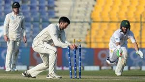 New Zealand cricketer Will Somerville (C) makes a successful runout of Pakistani batsman Yasir Shah (R) during the third day of the third and final Test cricket match between Pakistan and New Zealand at the Sheikh Zayed International Cricket Stadium in Abu Dhabi on December 5, 2018(AFP)