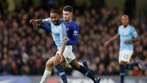 Manchester City's English midfielder Raheem Sterling (L) vies with Chelsea's Croatian midfielder Mateo Kovacic during the English Premier League football match between Chelsea and Manchester City at Stamford Bridge in London.(AFP)