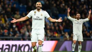 Real Madrid's French forward Karim Benzema gestures during the Spanish League football match between Real Madrid and Rayo Vallecano at the Santiago Bernabeu.(AFP)