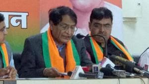 Union minister Suresh Prabhu addresses a press conference at BJP office in Jaipur, December 18, 2018.(HT Photo)