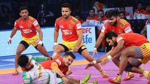 Gujarat Fortunuegiants saw off a spirited fight from defending champions Patna Pirates to secure a 37-29 win in an Inter-Zone Wildcard Pro Kabaddi League fixture in Kolkata on Wednesday.(Pro Kabaddi League)