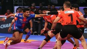 UP Yoddhas rode on their defenders to make a major upset as they outclassed U Mumba 34-29 in the first eliminator of the Pro Kabaddi League.(Twitter)