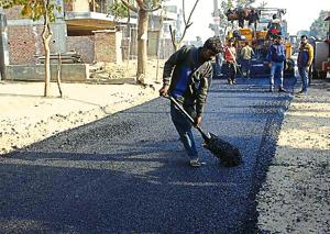Gurugram's first plastic road was built on a 100-metre stretch in Sector 51, on December 19.(Yogendra Kumar/HT PHOTO)
